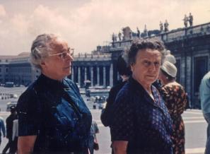 Angela Vode (desno) s sestro Ivanko Špindler v Rimu okoli leta 1970