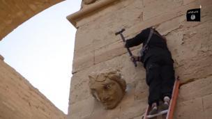 Uničevanje kulturnih spomenikov v iraškem mestu Hatra