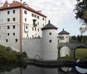 V zadnjih petnajstih letih je država postala lastnik 23 gradov in desetine drugih objektov. Nekateri so v ustreznem stanju, med njimi tudi grad Snežnik (na fotografiji), nekateri čakajo manjše popravke, mnogi prenovo, nekateri pa niso v stanju, da bi jih bilo sploh mogoče obnoviti.
