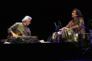 John McLaughlin in Zakir Hussain