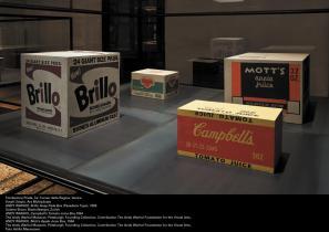 Razstavna vitrina z deli Andyja Warhola na beneški razstavi The Small Utopia/Ars Multiplicata.