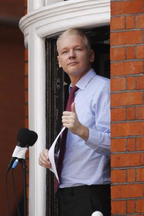 Julian Assange na balkonu ekvadorskega veleposlaništva v Londonu