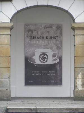 Plakat za razstavo pred vhodom v Umetnostno galerijo Maribor