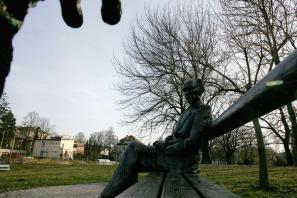 Spomenik Edvardu Kocbeku v ljubljanskem parku Tivoli