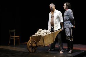 Sebastjan Cavazza in Gašper Tič v predstavi Razodetja